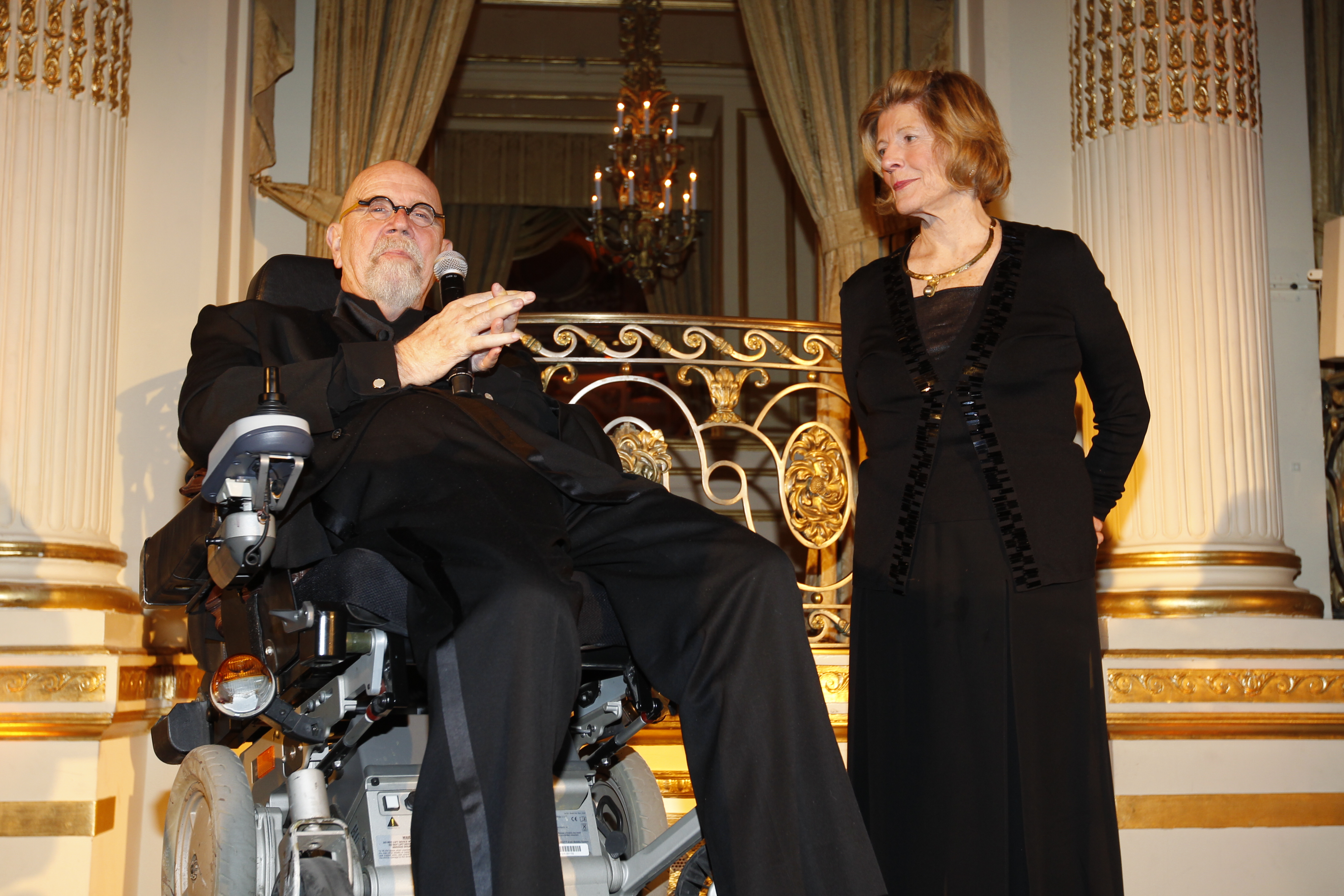 Chuck Close presents award to Benefit Honoree and Chess in the Schools Trustee, Agnes Gund